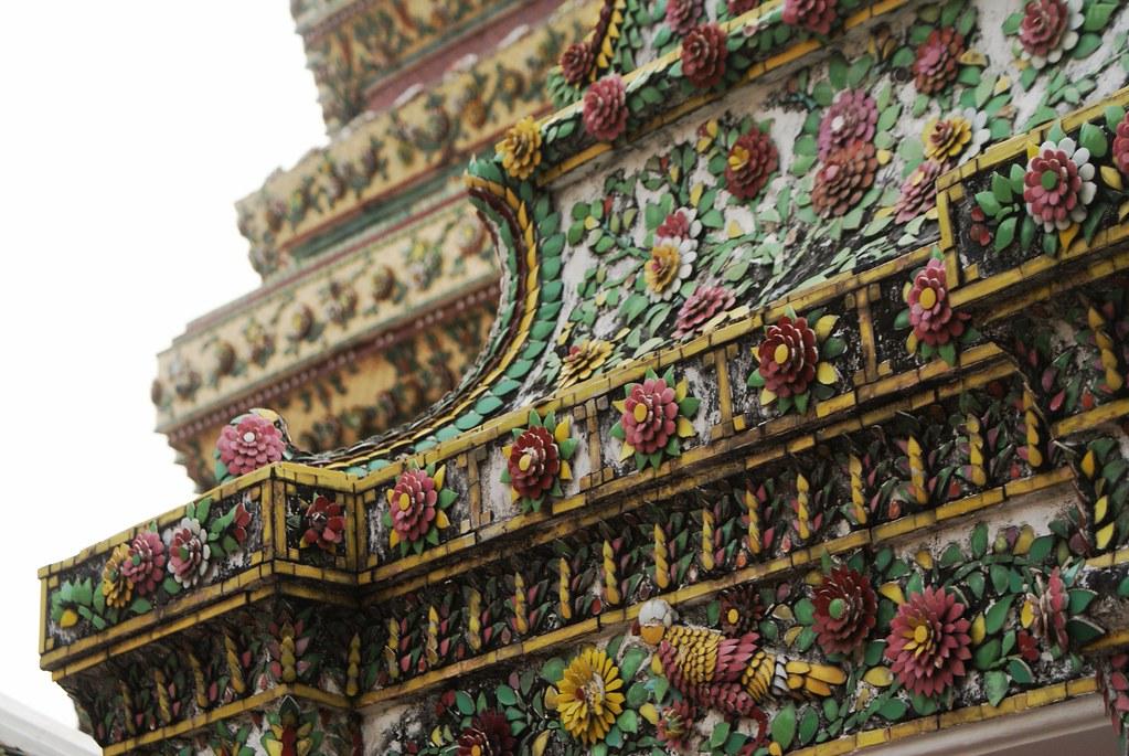 """Décoration """"naive"""" en céramique sur le temple Wat Pho à Bangkok."""