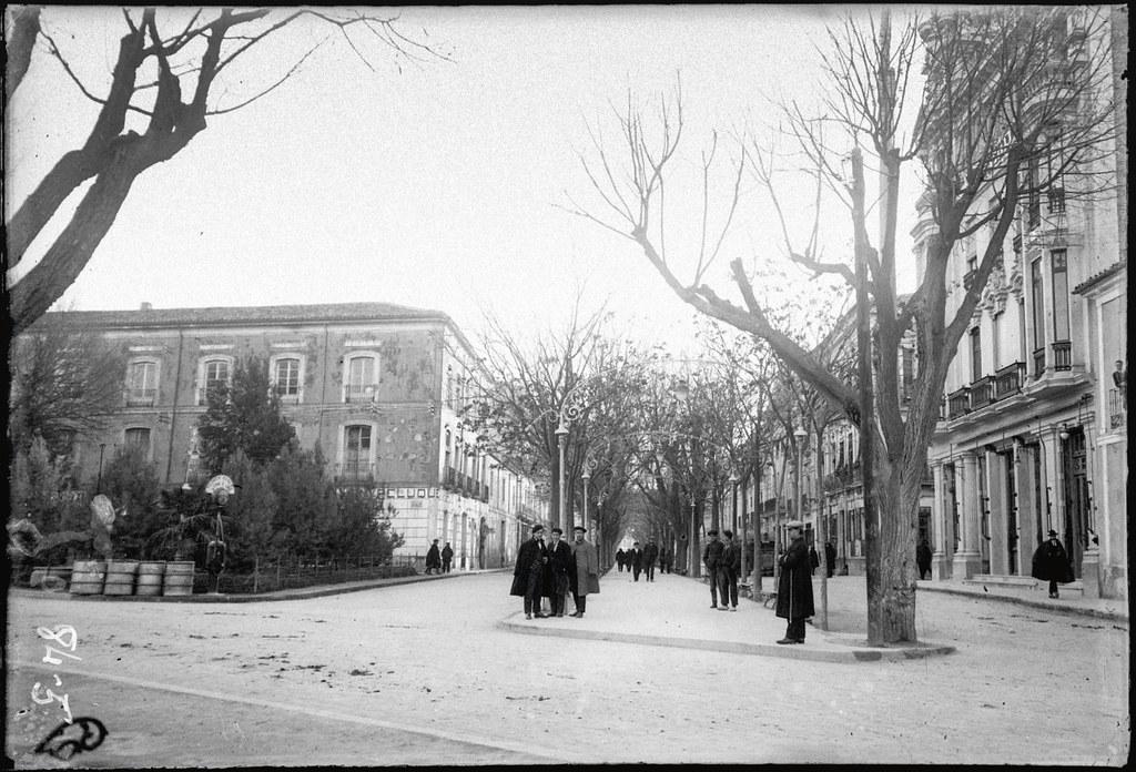 """Paseo de Alfonso XII. Actual Paseo de la Libertad. A la izquierda edificio """"Rex"""", ya demolido. Albacete Luis Escobar 1933"""