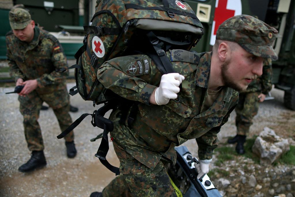 Sanitäter bundeswehr  Alarmübung der Sanitäter im Einsatz KFOR | Ein Oberstabsarzt… | Flickr