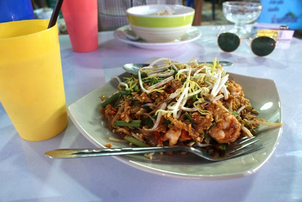 Pad thai dans un petit boui-boui de l'île de Koh Lanta.