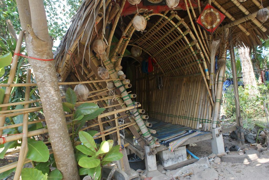 Exemple de construction en bambou avec l'entrée de ce bungalow sur l'île de Koh Lanta.