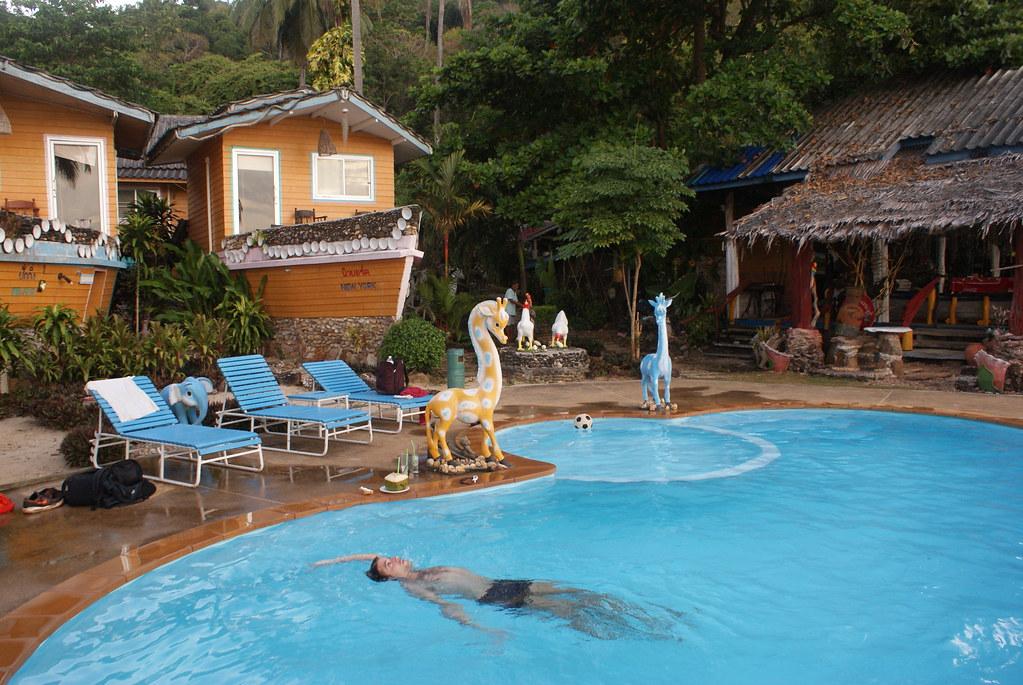 Bungalow-bateau et girafes au bord de la piscine au sud de Koh Lanta.