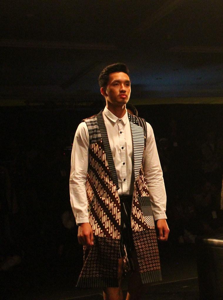 Fashion show batik pria 28