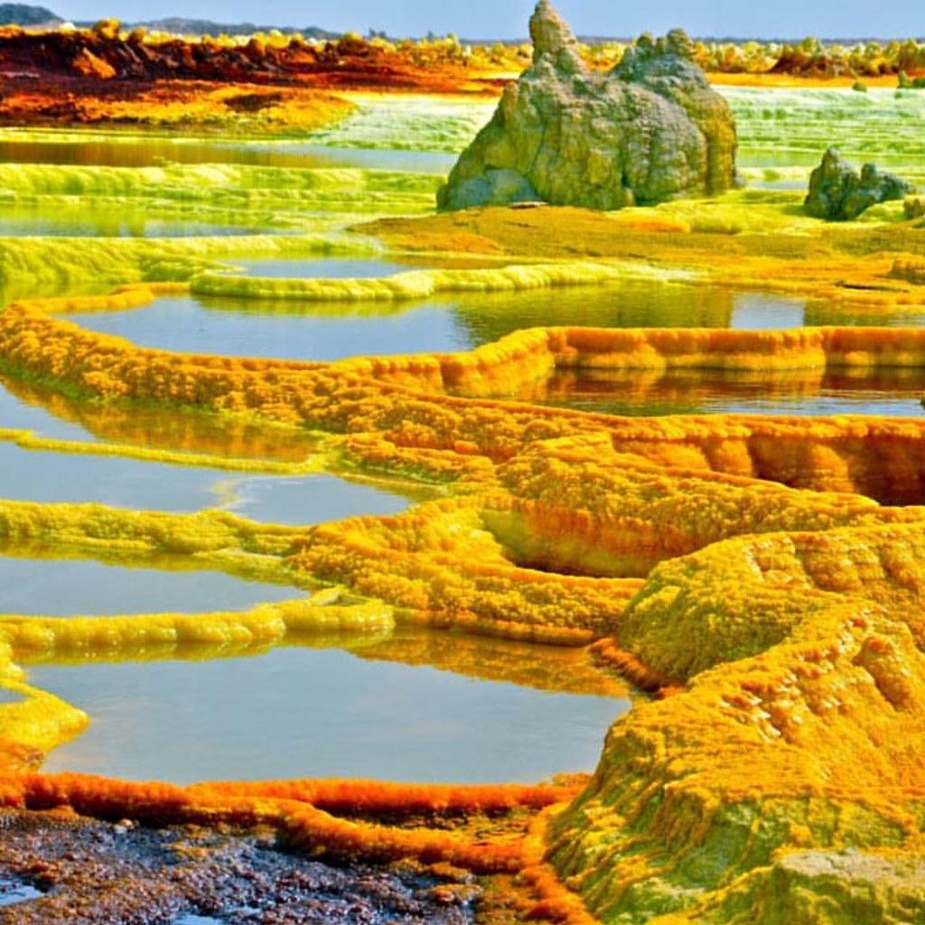 O deserto de Danakil, na parte oriental da Etiópia, reserva um dos lugares mais fascinantes e mais quentes da Terra. Com temperaturas que podem chegar a 60ºC, o vulcão Dallol surpreende por seu terreno ardente forrado de cores brilhantes, do laranja ao ve