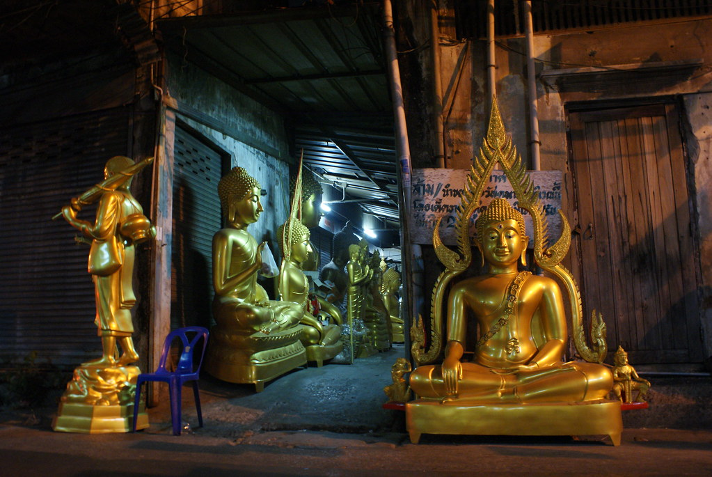 Statue de Bouddha dans le quartier des vendeurs... de statues de Bouddha à Bangkok.