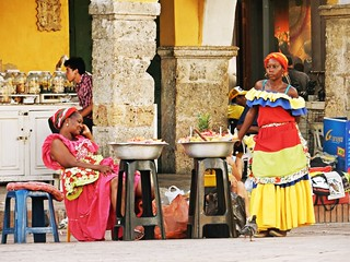 Women selling fruits in traditional dress (Cartagena de Indias) | by pacoalfonso