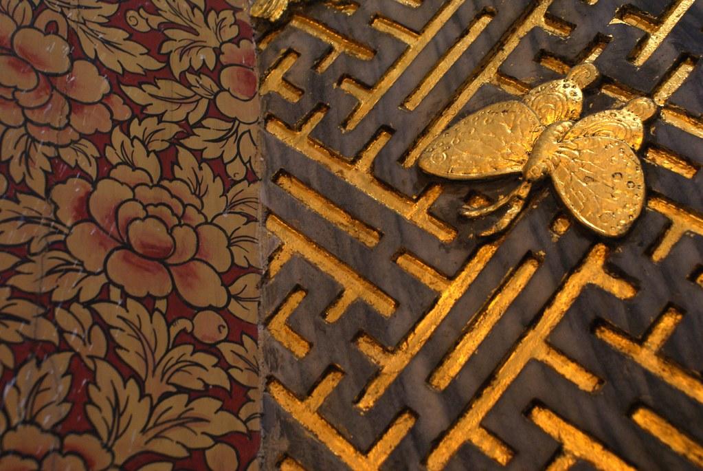 Un papillon en chemin vers la fleur dans le temple Wat Pho à Bangkok.