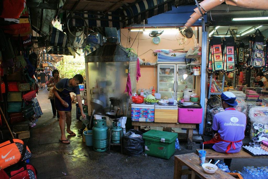 Le marché de Chatuchak à Bangkok est une ville dans la ville avec ces cafés, restaurants, salle de massage...
