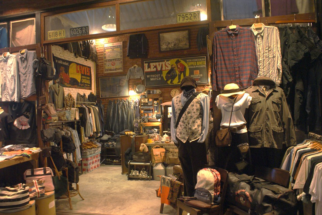 Exemple de boutique bien achalandée au marché Rot Fai de Bangkok.