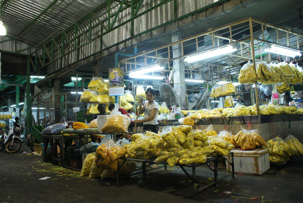 A l'intérieur de l'entrepôt où sont préparés les bouquets du marché aux fleurs de Bangkok.