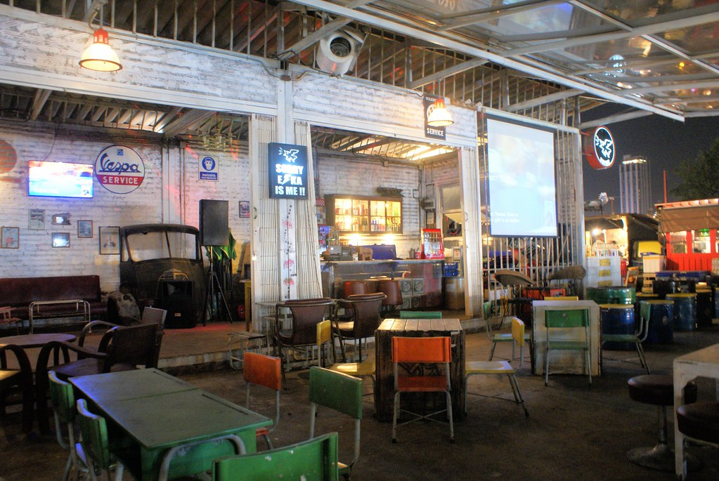 Bar dans l'esprit recup/vintage/ USA des années 50 sur le marché Rot Fai à Bangkok.