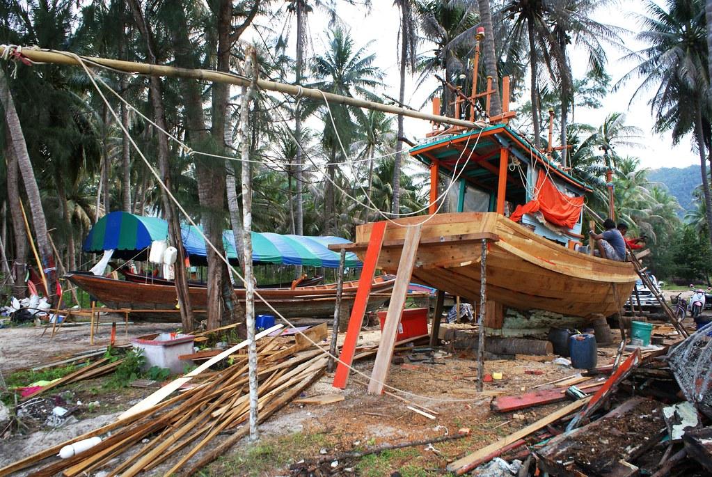 Maintenance des bateaux dans un village de pêcheurs au nord ouest de Koh Phangan en Thailande.