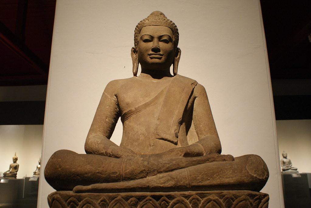 Statue de Bouddha assis et sévère (?) au Musée National de  Bangkok.