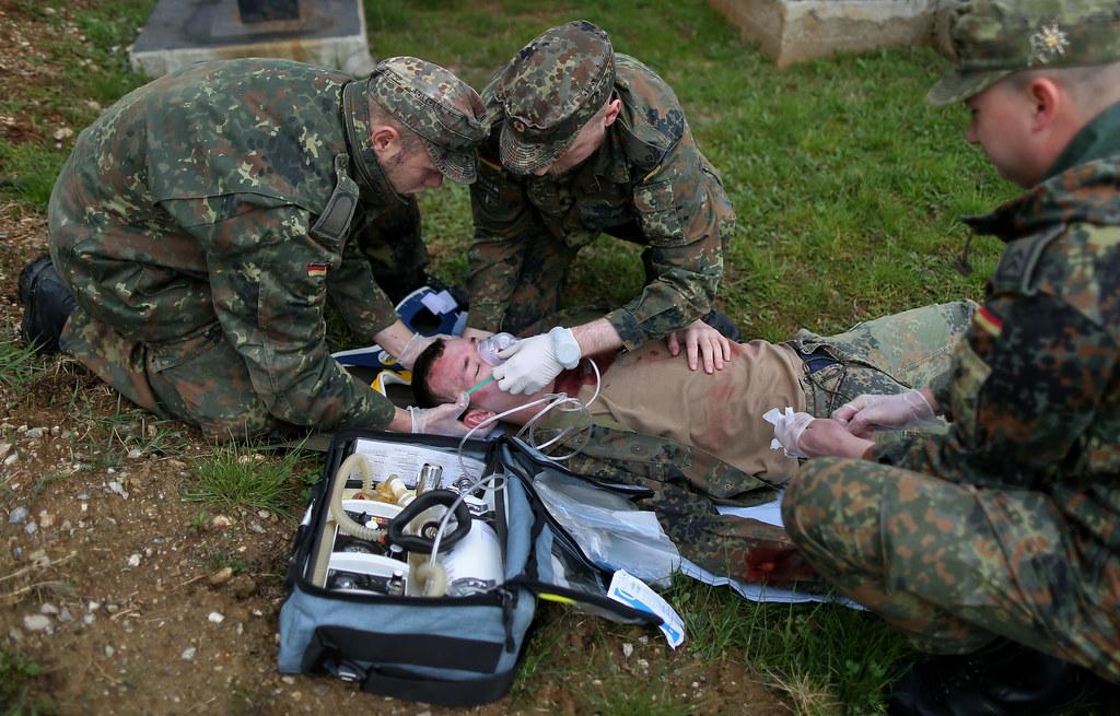 Sanitäter bundeswehr  Alarmübung der Sanitäter im Einsatz KFOR | Soldaten des deut… | Flickr