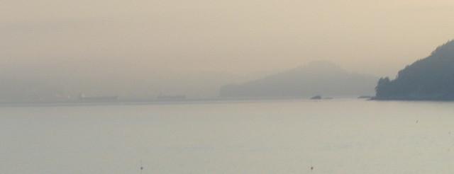 Dos barcos anclados lejos