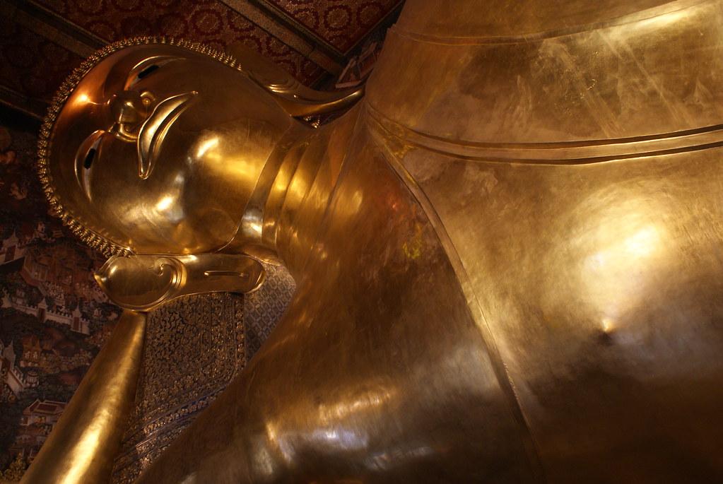 La célèbre statue de Bouddha couché dans le temple Pho à Bangkok.