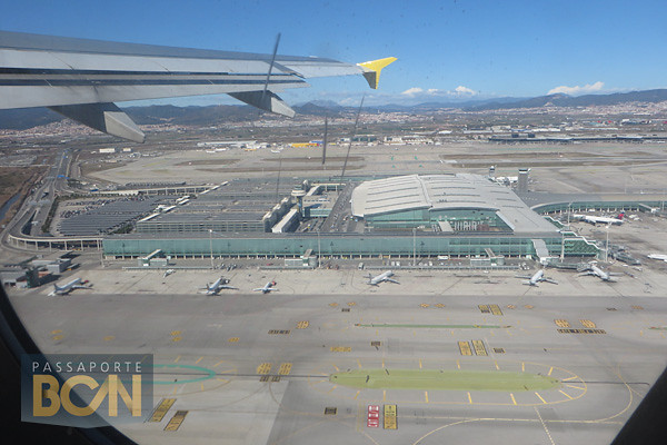 decolando do aeroporto de Barcelona em uma low-cost