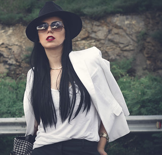 black_hat-white-blazer-long-straight-hair-chic-model-photography-fashion-blogger-outfit-minimalist (2) | by Rue de Tres Chic