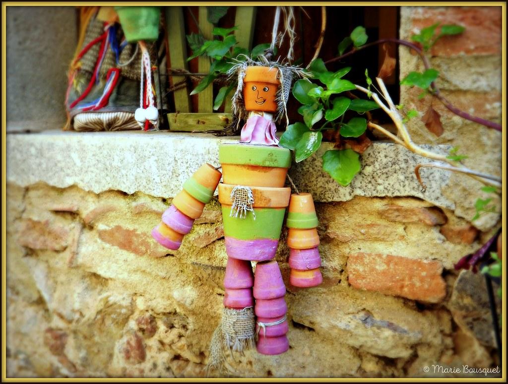 ornement de façade avec bonhomme en petits pots de terre c… | flickr