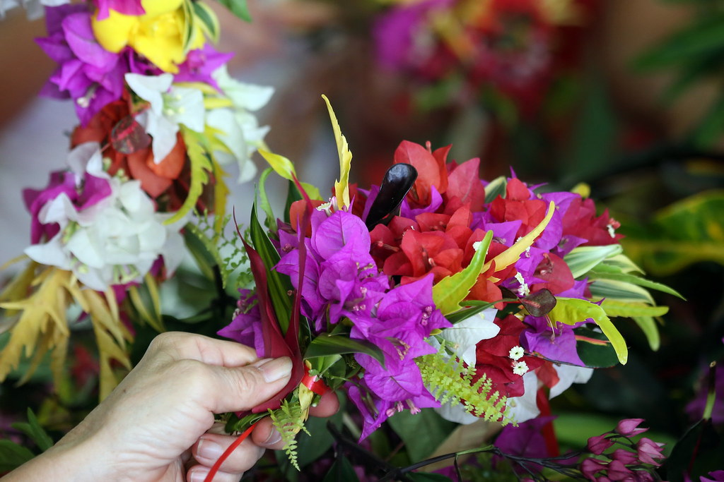 Confection D Une Couronne De Fleurs De Tahiti Ce Ne Sont P Flickr