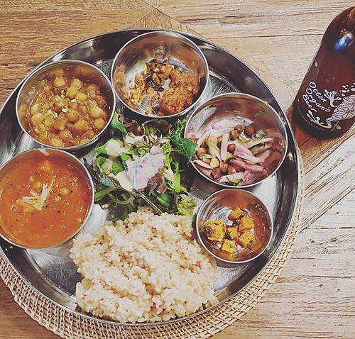 Veggie Thali & Organic Beer on the relax weekend😘🍻 * * #ベジミールス #玄米ご飯 #へるすぃー | by miumomo