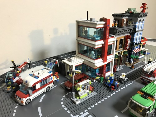 Attaching and telling a story with the LEGO City Hospital 60204 to the detectives office. | by GJBricks
