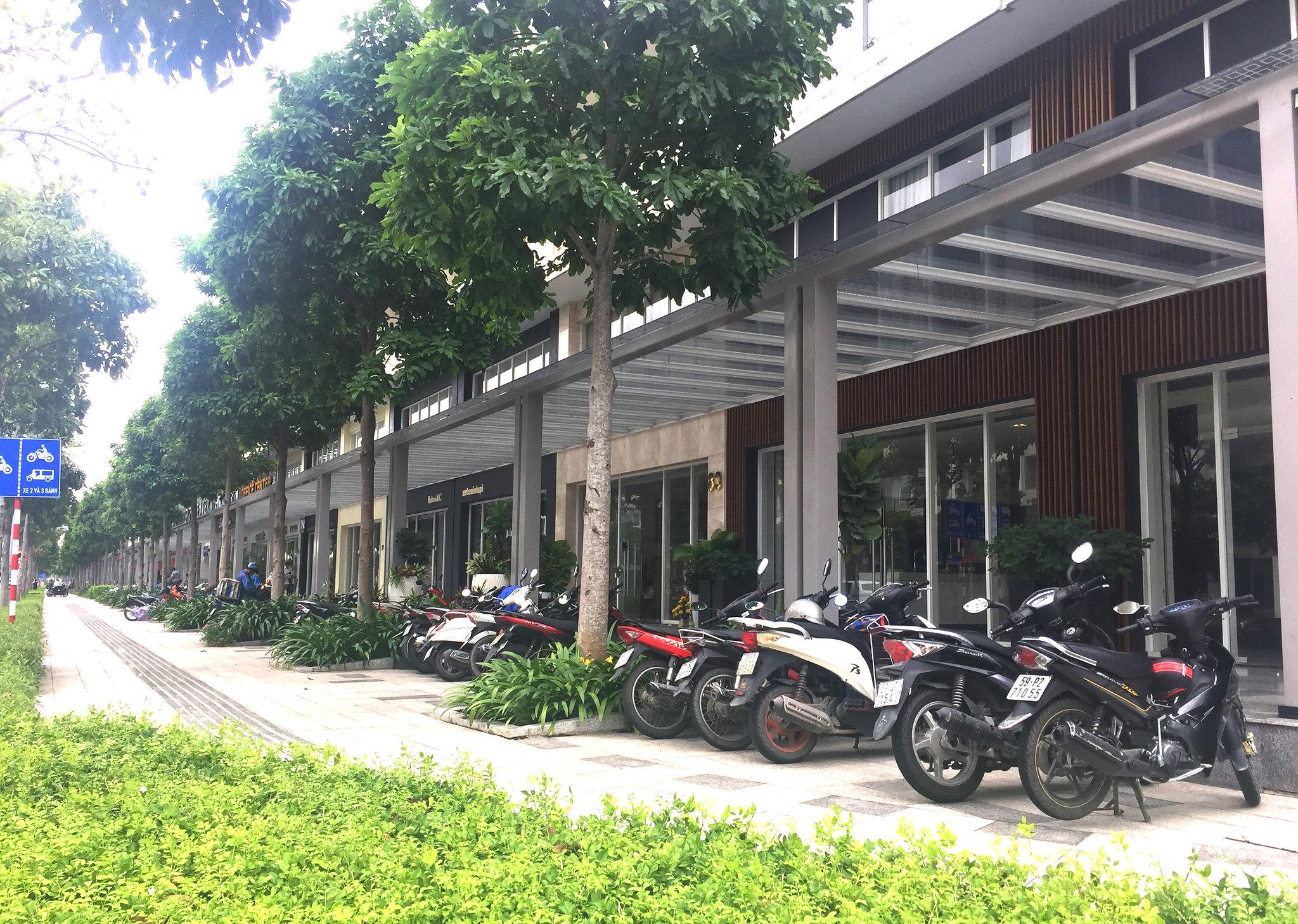 Đường Nguyễn Cơ Thạch 60m, lề đường 7,5m thoải mái không gian để xe, xe oto có thể đậu dưới lòng đường