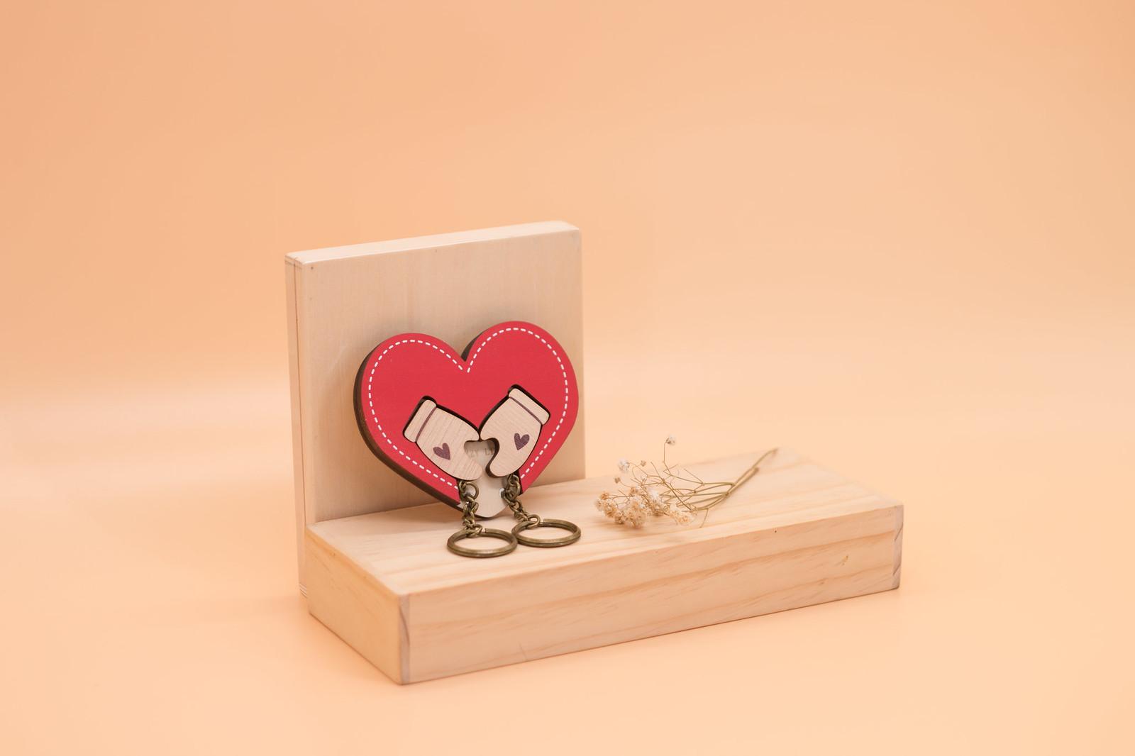 鑰匙圈 客製化 禮物 特色產品 居家 台灣設計 生日 情人節 手套 情侶 雙人 愛心 紅色 文化 傳統 療癒 聖誕節 收納 裝飾 吊飾 送禮 中性 木 楓木 胡桃木 鑰匙