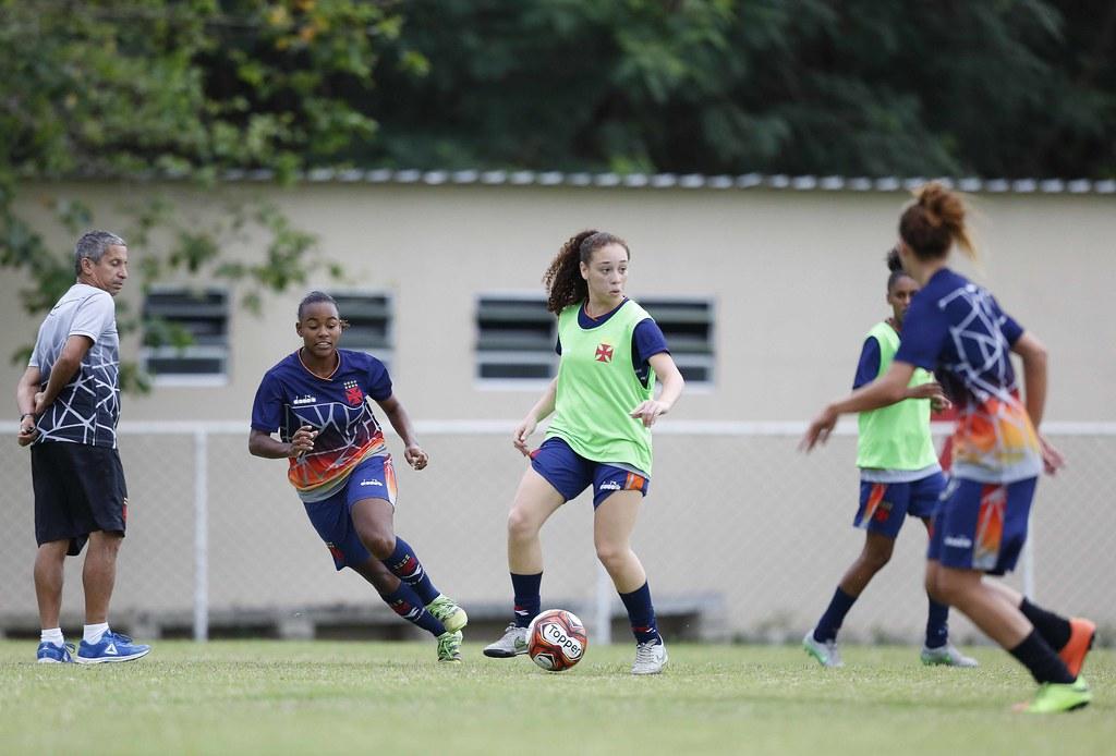 ... Treino Futebol Feminino no CT de Caxias 05 10  02bbeaea9c8da