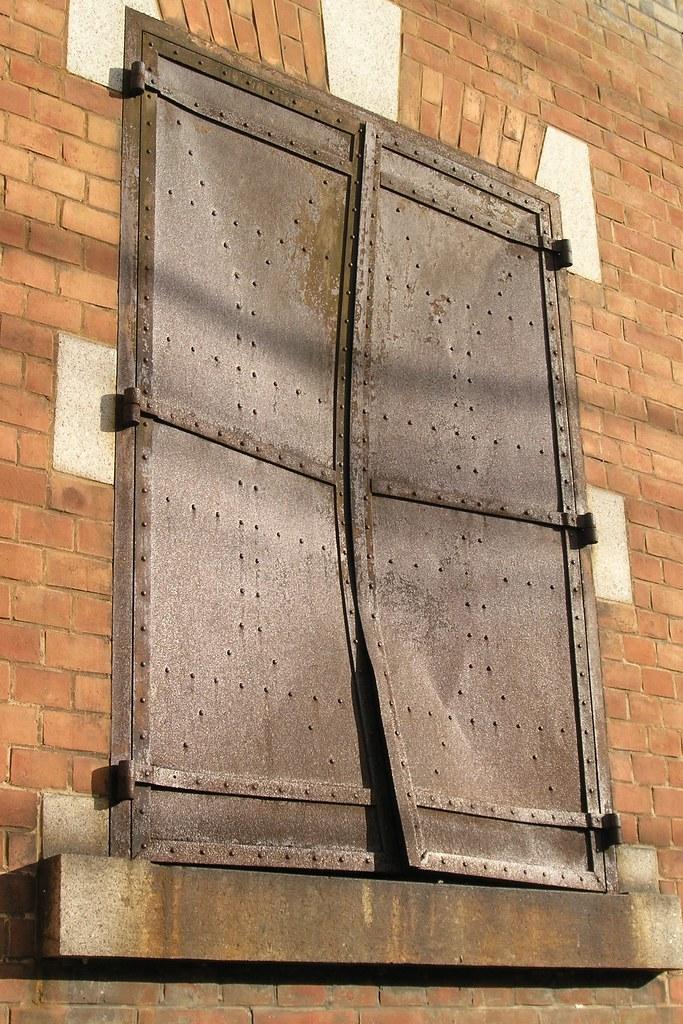 被服支廠(ひふくししょう)の窓の鉄扉