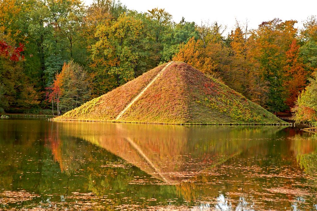 pyramide im herbst branitzer park cottbus park. Black Bedroom Furniture Sets. Home Design Ideas