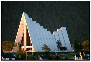 La Catedral de l'Àrtic a la llum del sol de mitjanit