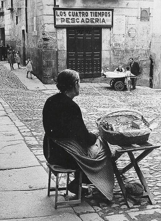 Vendedora en Sixto Ramón Parro junto a los Cuatro tiempos en 1956. Fotografía de Joan Miquel Quintilla