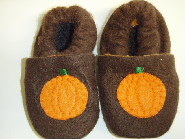 b0c0a0799ea35 close up of Baby pumpkin shoes | Pattern from stardustshoes.… | Flickr