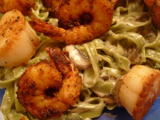 Fettuccine alfredo with shrimp and scallops
