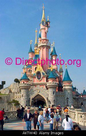 Paris france amusement parks disneyland paris crowd touris for Amusement parks in paris