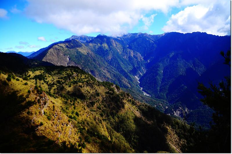 登山途中東望玉山群峰 2