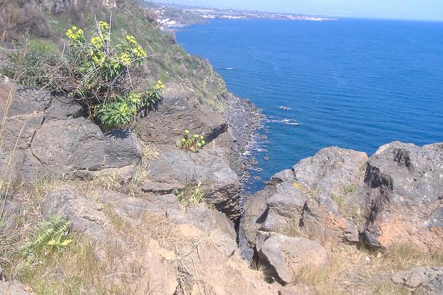 Timpa di Acireale  - scorcio di mare tra le rocce