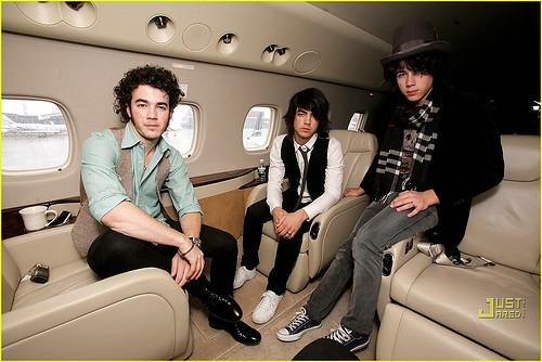 Jonas Brothers on their Plane | The Jonas Brothers have ...