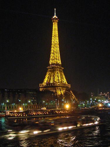 La tour eiffel de nuit paris vue de nuit de la tour for Piscine de nuit paris