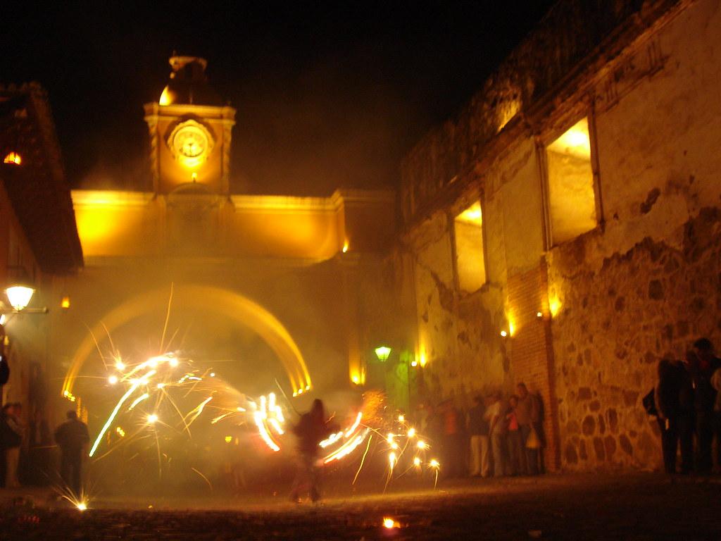 A o nuevo en antigua guatemala quema del torito en la - Fin de ano en toledo ...