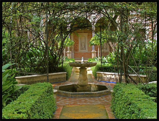 Encuadre sobre la fuente del jard n grande casa de pilato for Casas con jardin grande