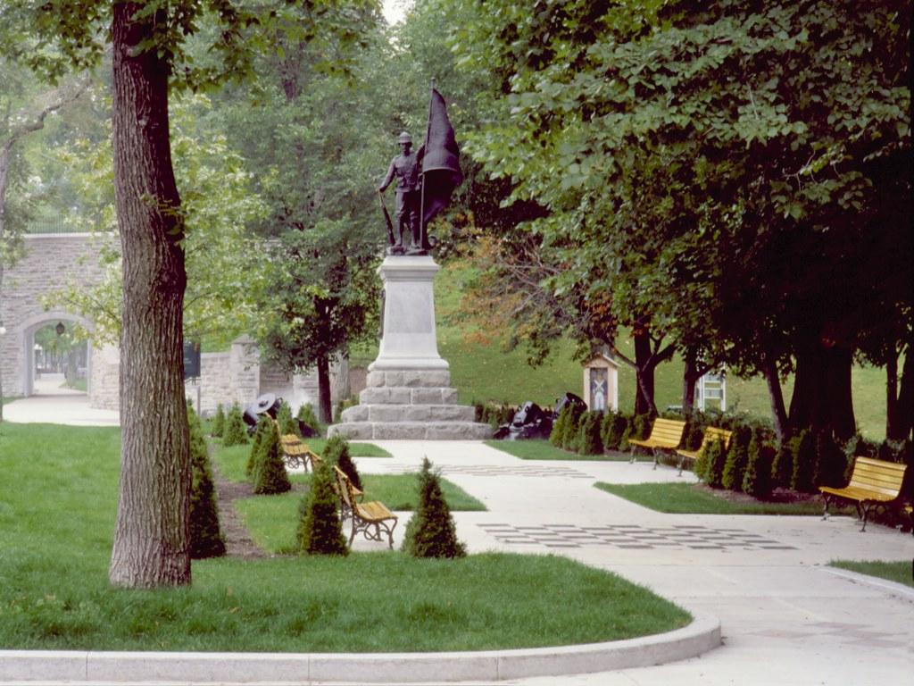 Espace saint louis situ au croisement des rues saint for Espace vert quebec