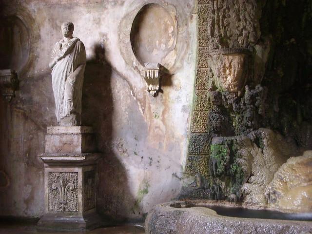 Forntida staty i Grotto ovanför Forum Romanum