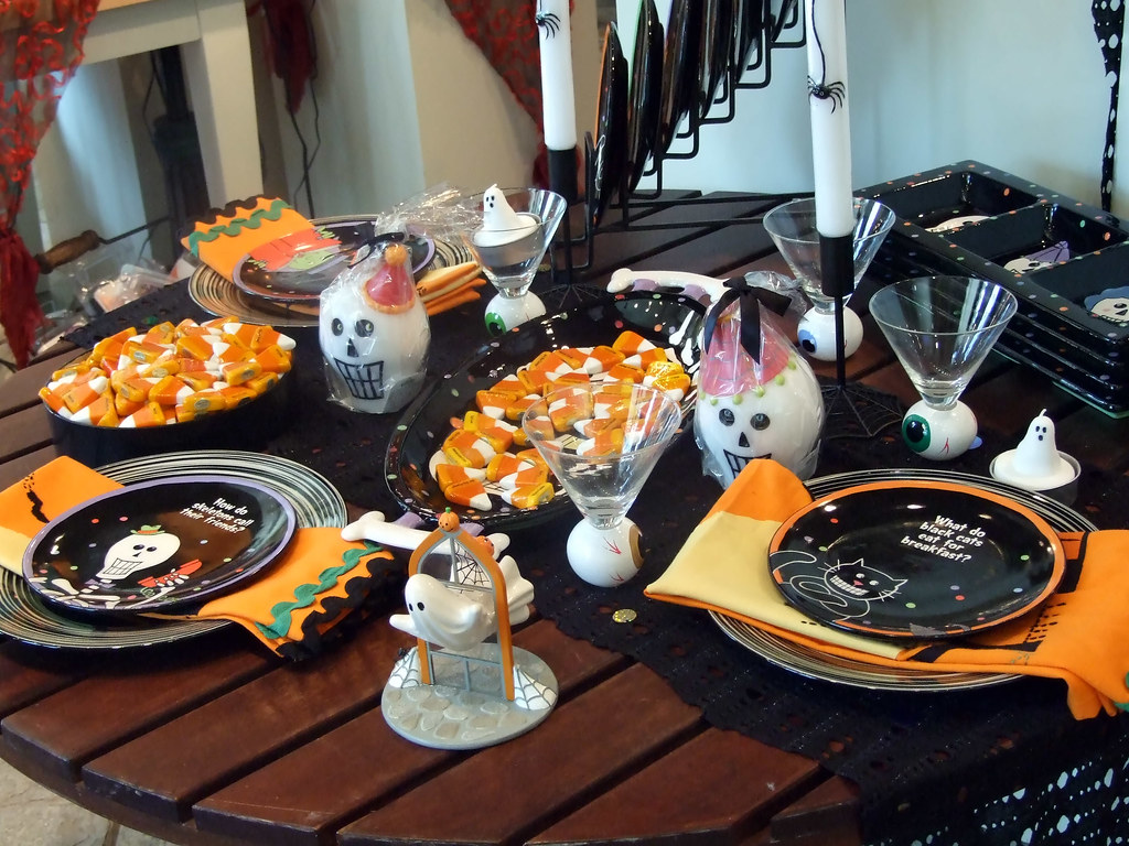 Bbq halloween party table settings colleeninhawaii flickr - Idees pour barbecue party ...