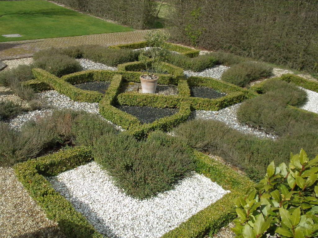 Cressing temple knot garden iii knot gardens are for Knot garden designs herbs