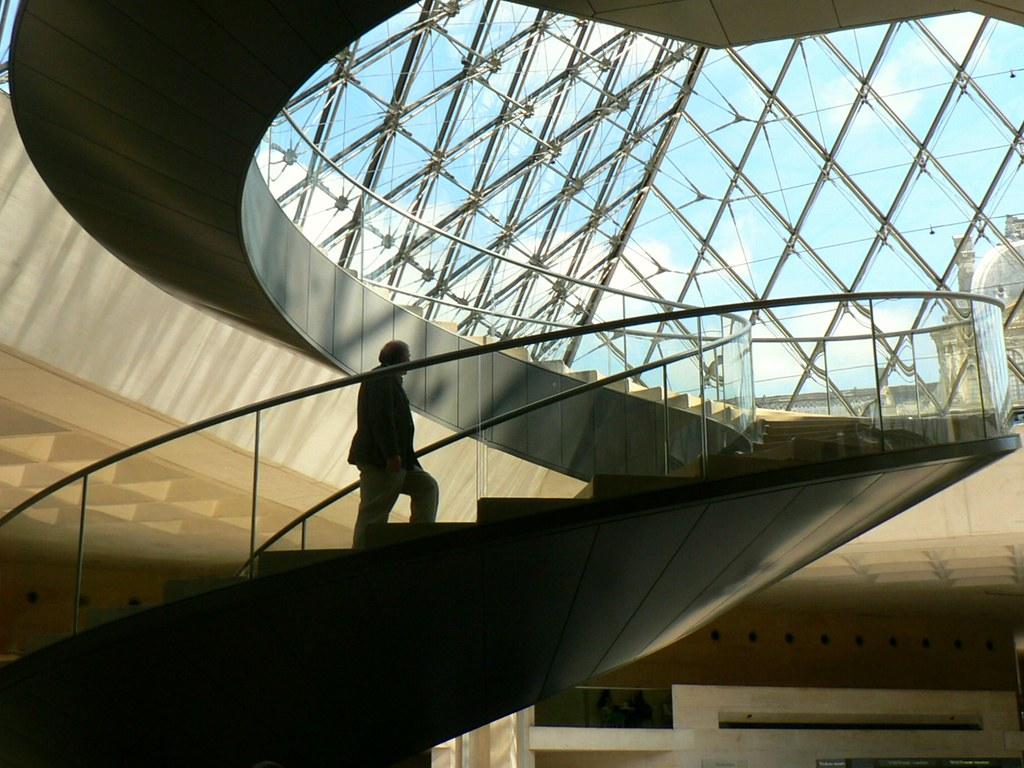 Paris louvre pyramide escalier int rieur daniel for Interieur pyramide