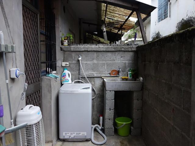 屋外有洗衣槽、洗衣機、曬衣架,在這裡住上一週看來也不成問題呀 @花蓮小晴天旅宿