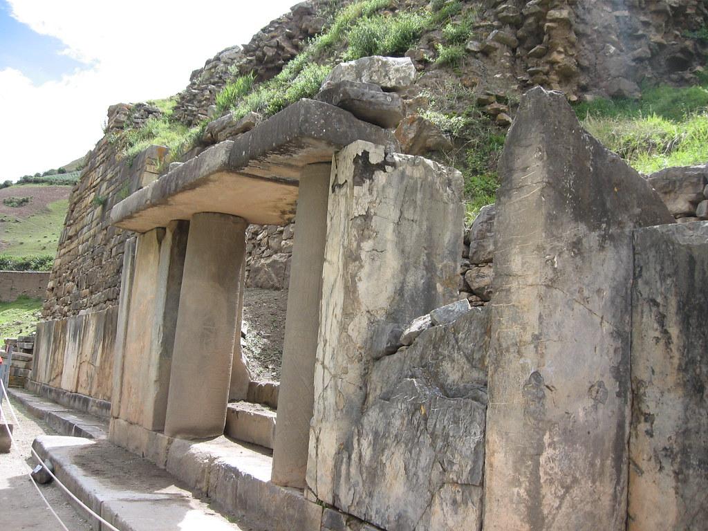 El p rtico de las falc nidas en la fachada del templo for Sitios web de arquitectura