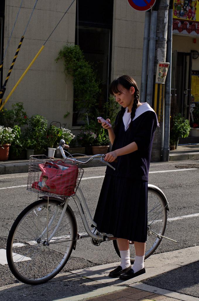 神戸の女子高生、スカート丈は長いのか